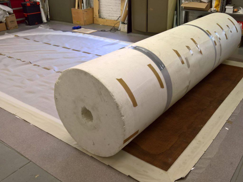 Operazione di arrotolamento di dipinto di grandi dimensioni su rullo di polistirolo