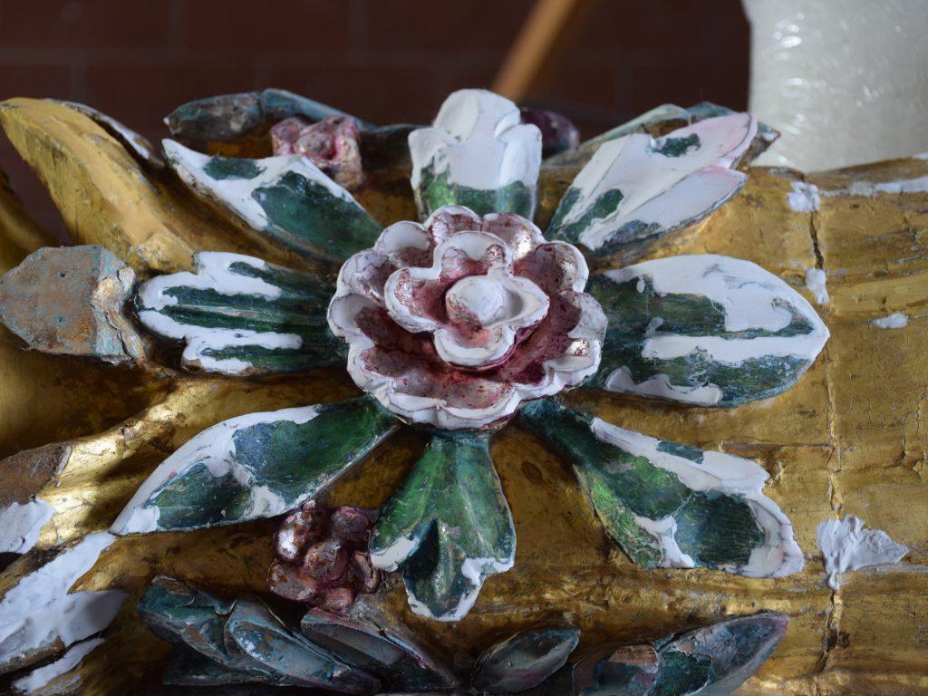 Particolare di scultura policroma durante la fase di stuccatura