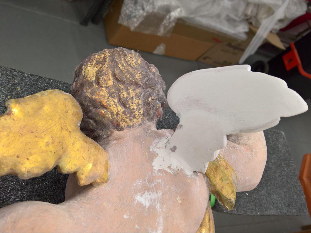 Integrazione di ala mancante di putto con resina epossidica