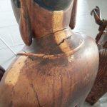 Tasselli di pulitura sul retro della scultura