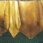 Tassello di pulitura sulla decorazione dorata del basamento