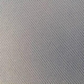 Un piccolo telaio con tessuto di tulle è un valido alleato nella rimozione dei depositi superficiali in tutti quei casi in cui la fragilità del materiale sottostante non ne consentirebbe la micro aspirazione. Qui siamo all'opera con le fasi di pulitura dei tessuti e dei cordami fortemente infragiliti di una armatura giapponese.  #armaturagiapponese, #japanesearmor, #restaurourushi, #conservazionearteorientale, #asianart, #asianartconservation #restaurolaccheorientali #asianlacquerconservation