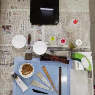 Restoring with urushi today. 😀  #restaurourushi, #conservazionearteorientale, #asianart, #asianartconservation, #restaurolaccheorientali, #asianlacquerconservation, #urushiconservation, #urushilacquer, #urushimakie, #nashijiurushi, #urushilacquerwork